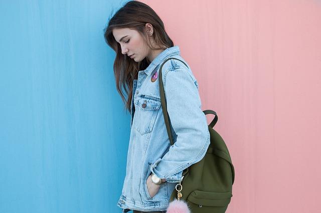 džínová bunda a batoh.jpg