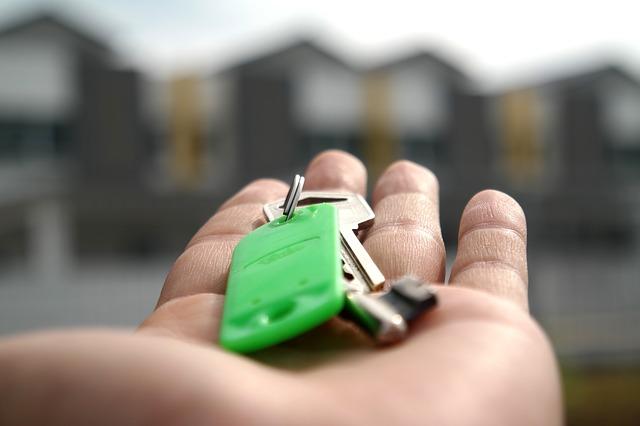 dlaň s klíčemi
