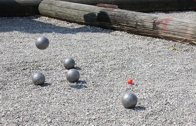 kláda a červený míček